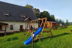 dětské hřiště, posezení před pensionem Svatý Florian