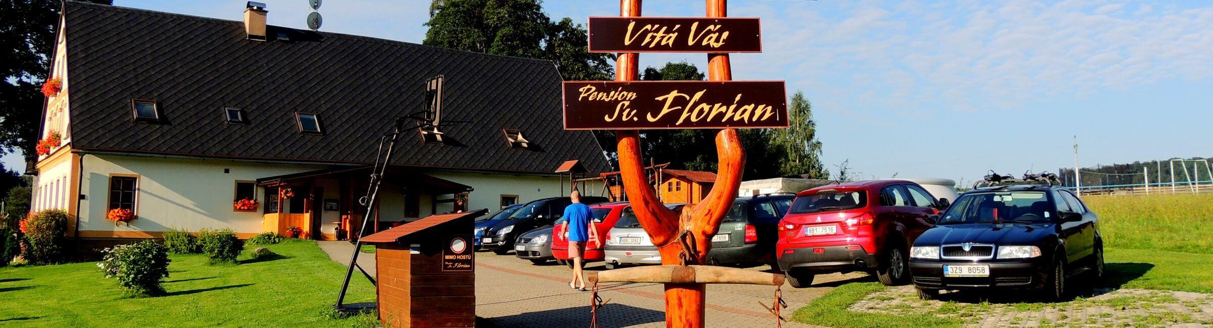Příjezd a parkoviště do pensionu Svatý Florián ve Zdoňově u Adršpachu